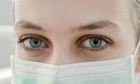 occhi di donna dietro mascherina viso